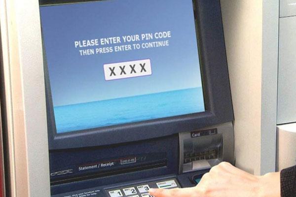 Nhiều khách hàng lựa chọn đến cây ATM để đổi mật khẩu
