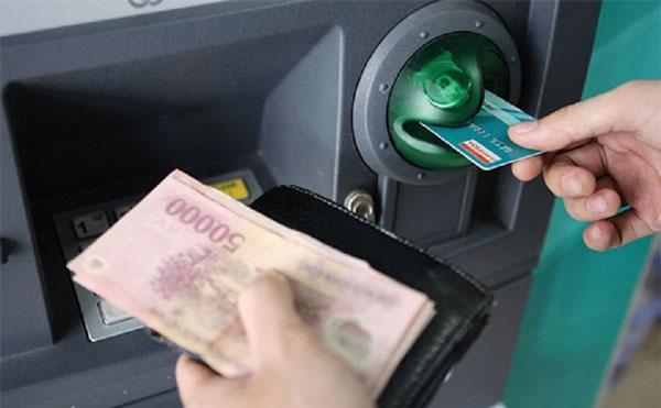 Chiều đưa thẻ ATM vào cây ATM khi giao dịch