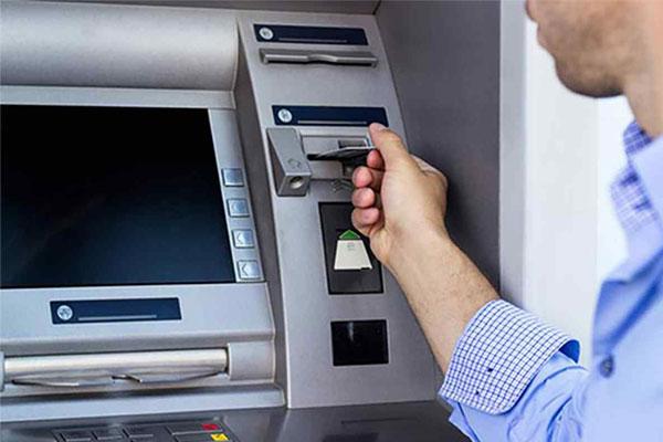 Sử dụng thẻ ATM tại các cây ATM