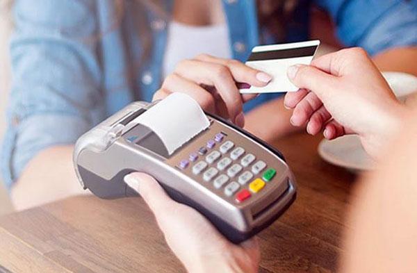 Nên hạn chế rút tiền từ thẻ tín dụng