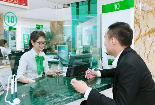 Đến quầy giao dịch của ngân hàng Vietcombank để thực hiện giao dịch